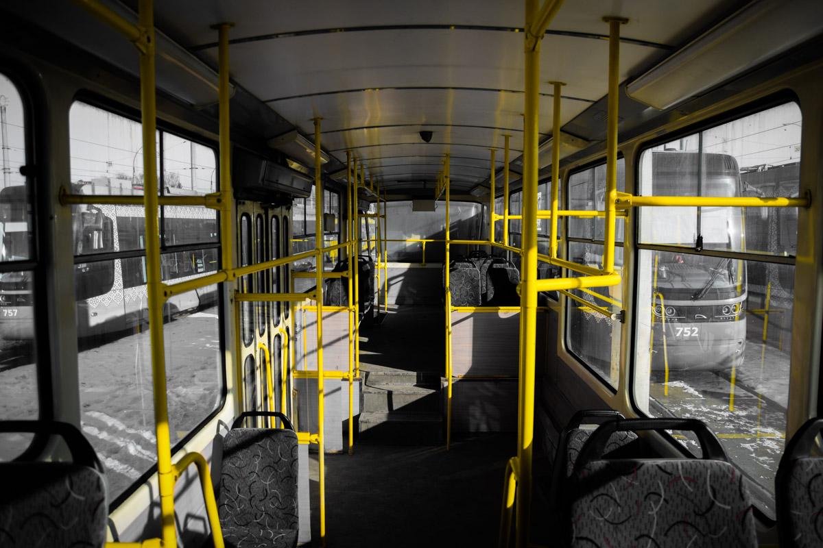 Внутри салон трамвая выглядит комфортно