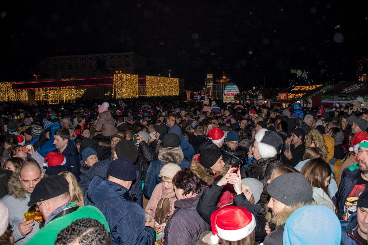 На Софийской площади собрались несколько тысяч человек