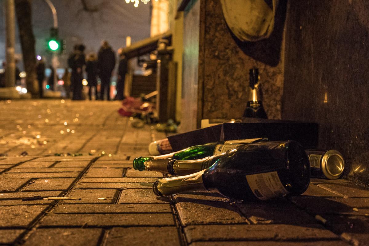На дорогах и тротуарах отдыхающие оставили много пустых бутылок