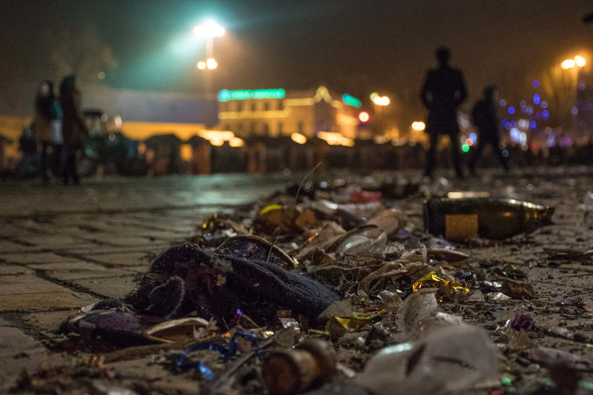Вдоль тротуара лежит куча мусора