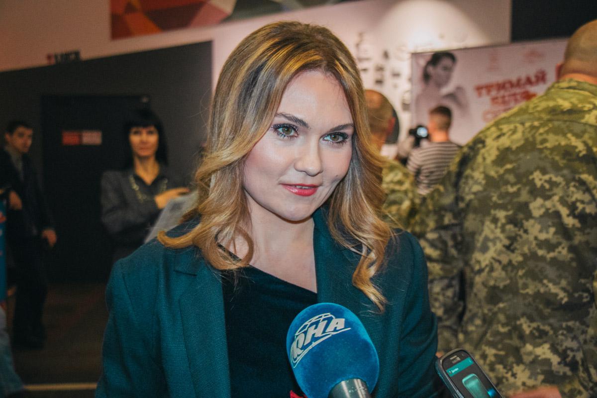Главная героиня фильма с радостью общалась с поклонниками и журналистами