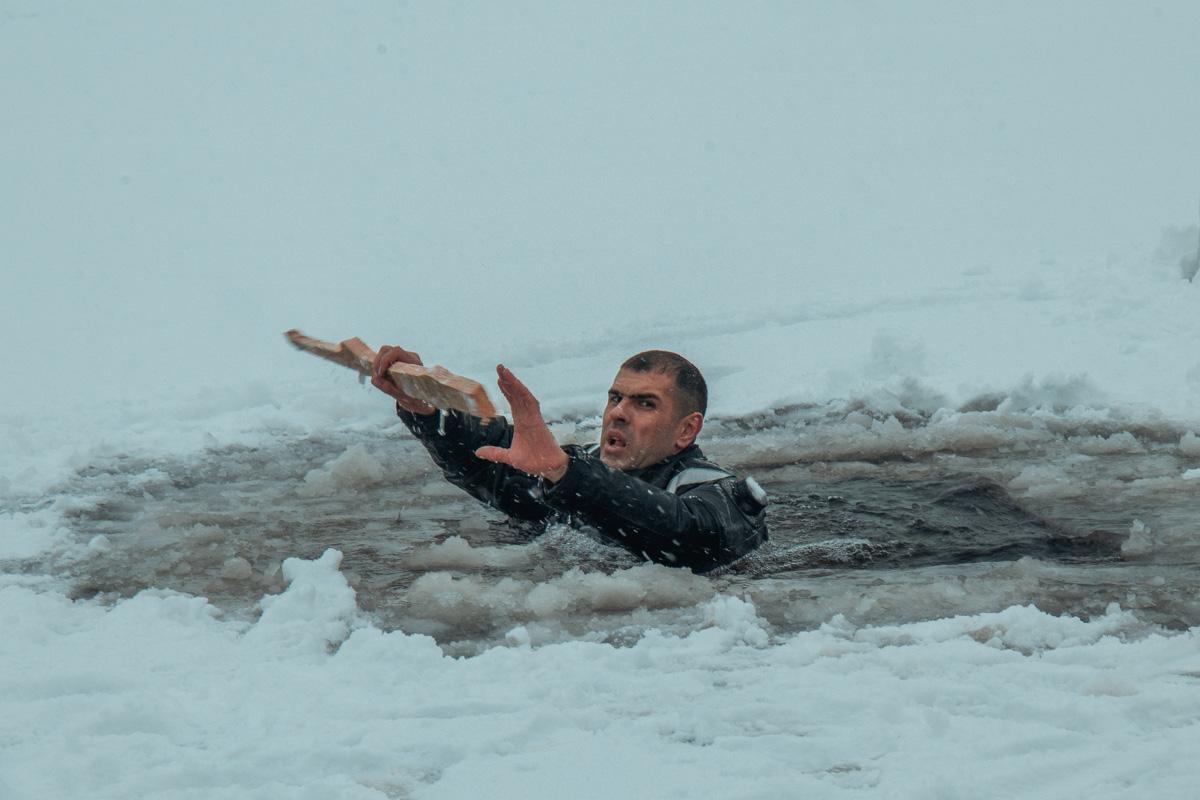 Потом спасатель демонстративно провалился под лед
