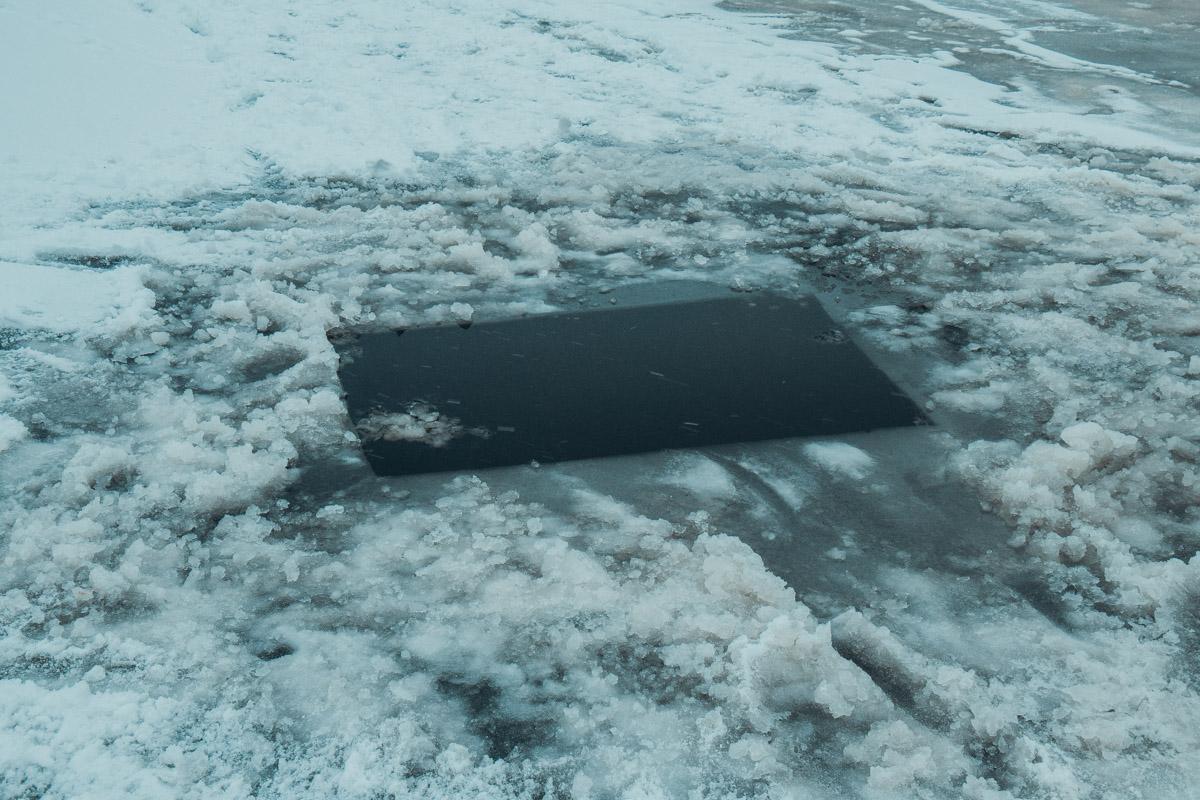 Для мастер-класса спасатели специально вырубили лунку во льду