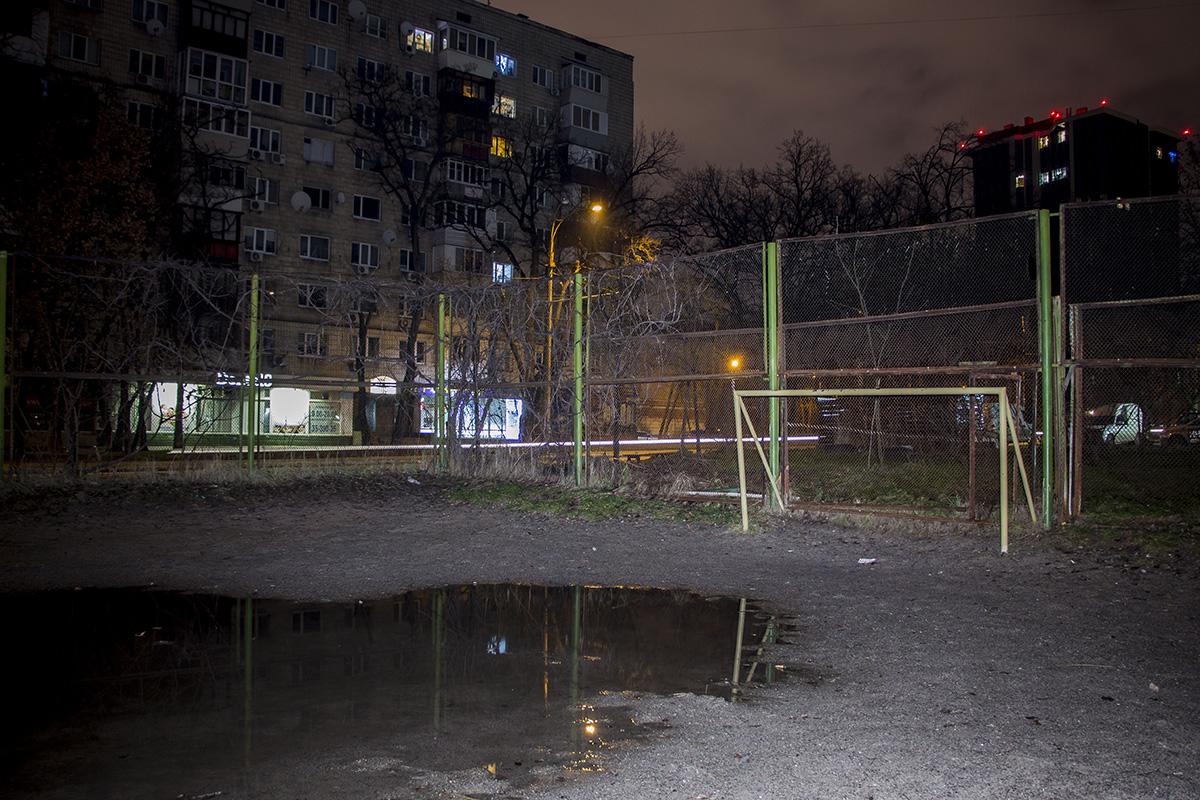 Спортивные площадки пустуют и только в некоторых окнах горит свет