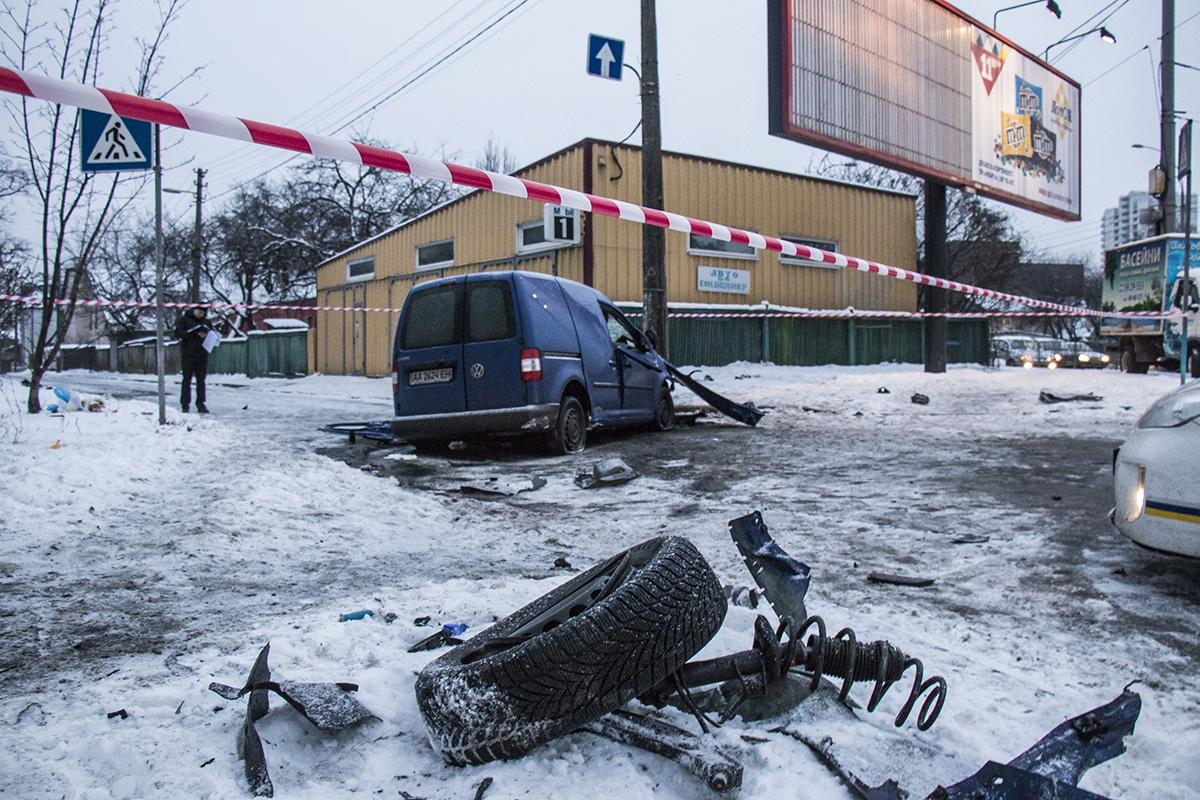 На пересечении проспекта Лобановского и улицы Головко Volkswagen врезался в столб