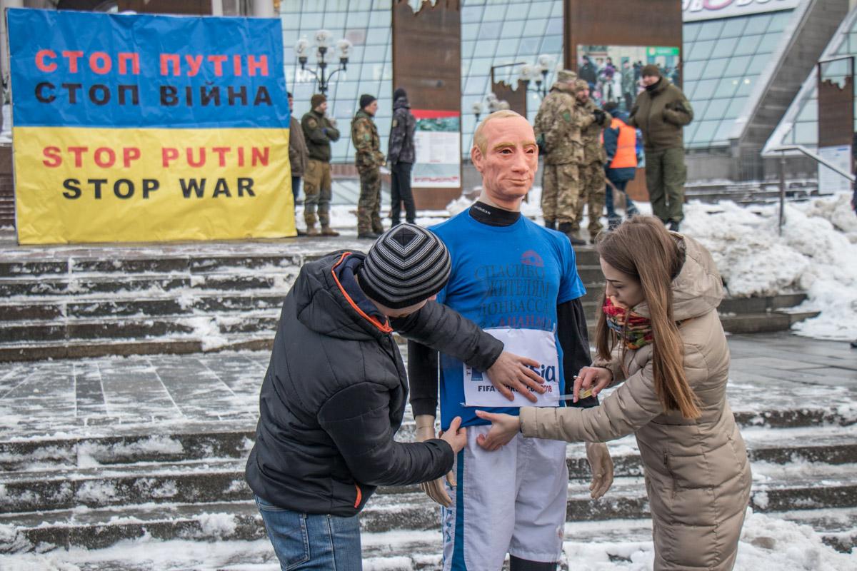 Участники акции сделали манекен Путина