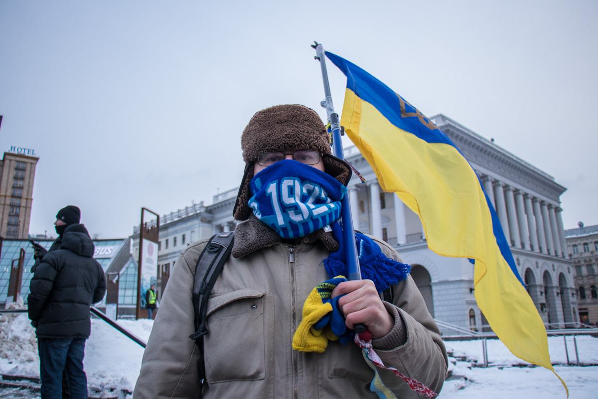 Участники митинга были с флагами Украины