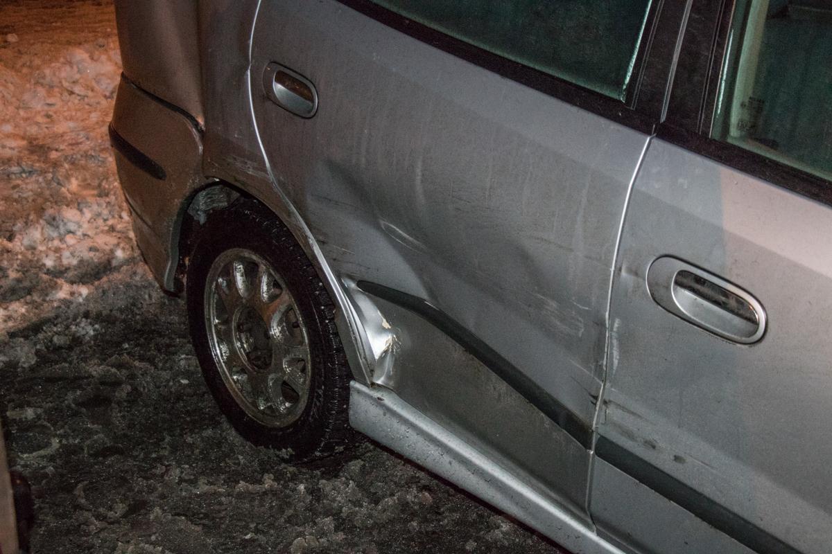 Nissan резко свернул вправо и ударил припаркованный у обочины Dacia