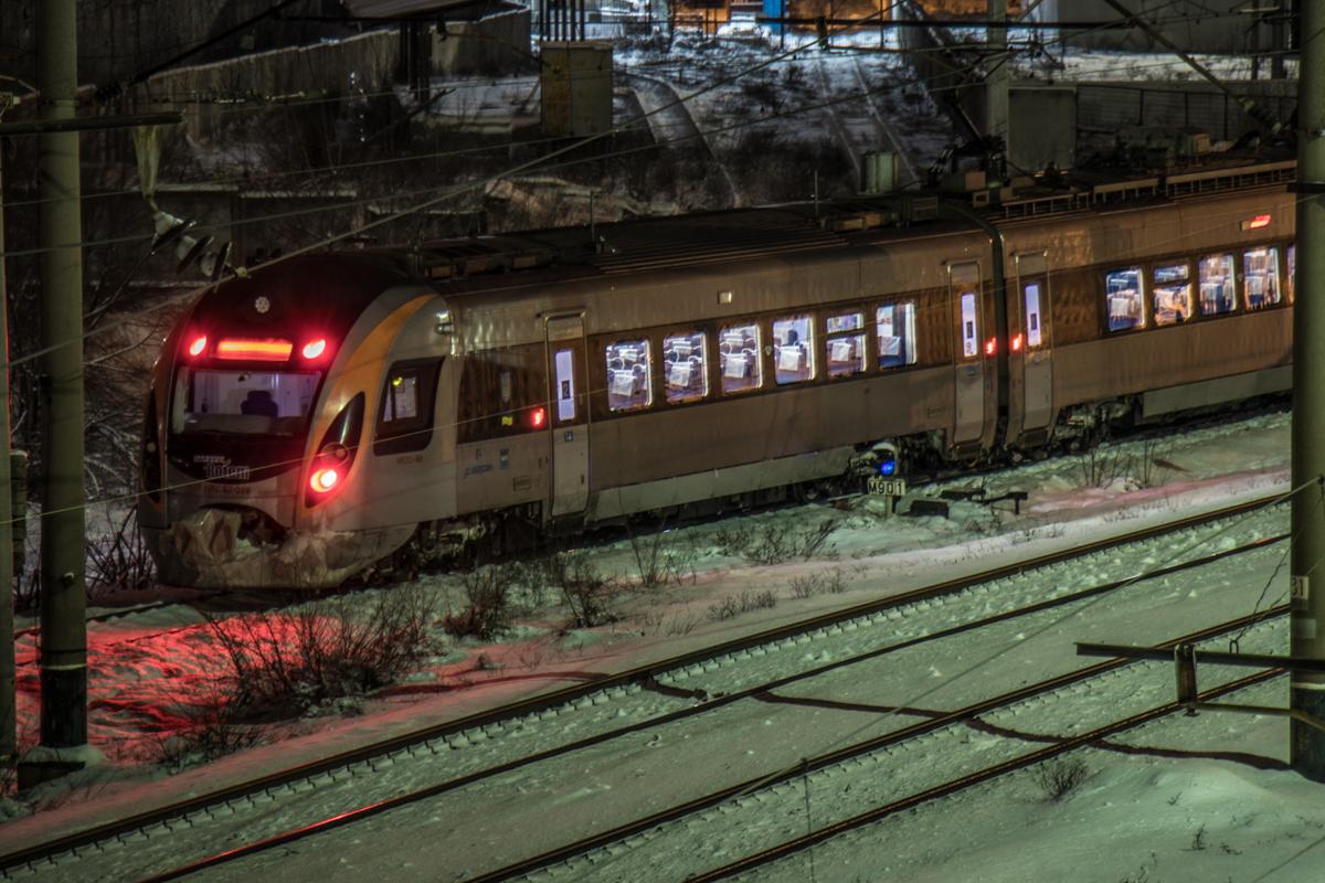 Вот появляется поезд - и здесь уже не так тихо и одиноко