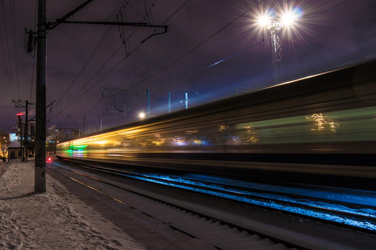Полуночный поезд проносится мимо