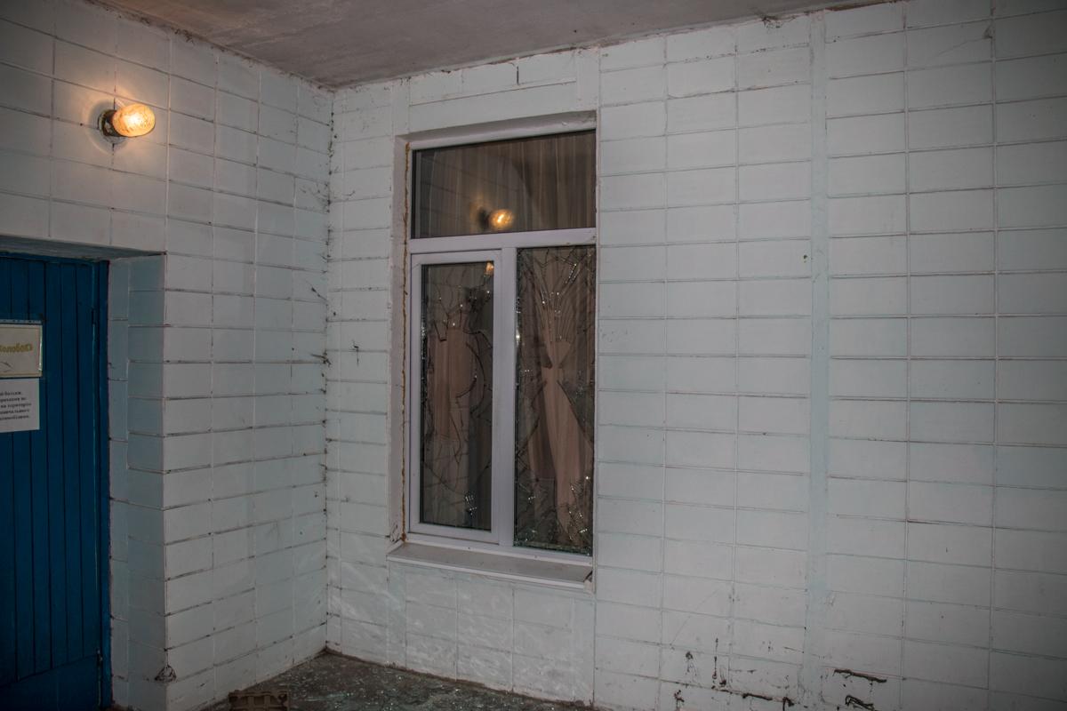Хулиган разбил 2 окна