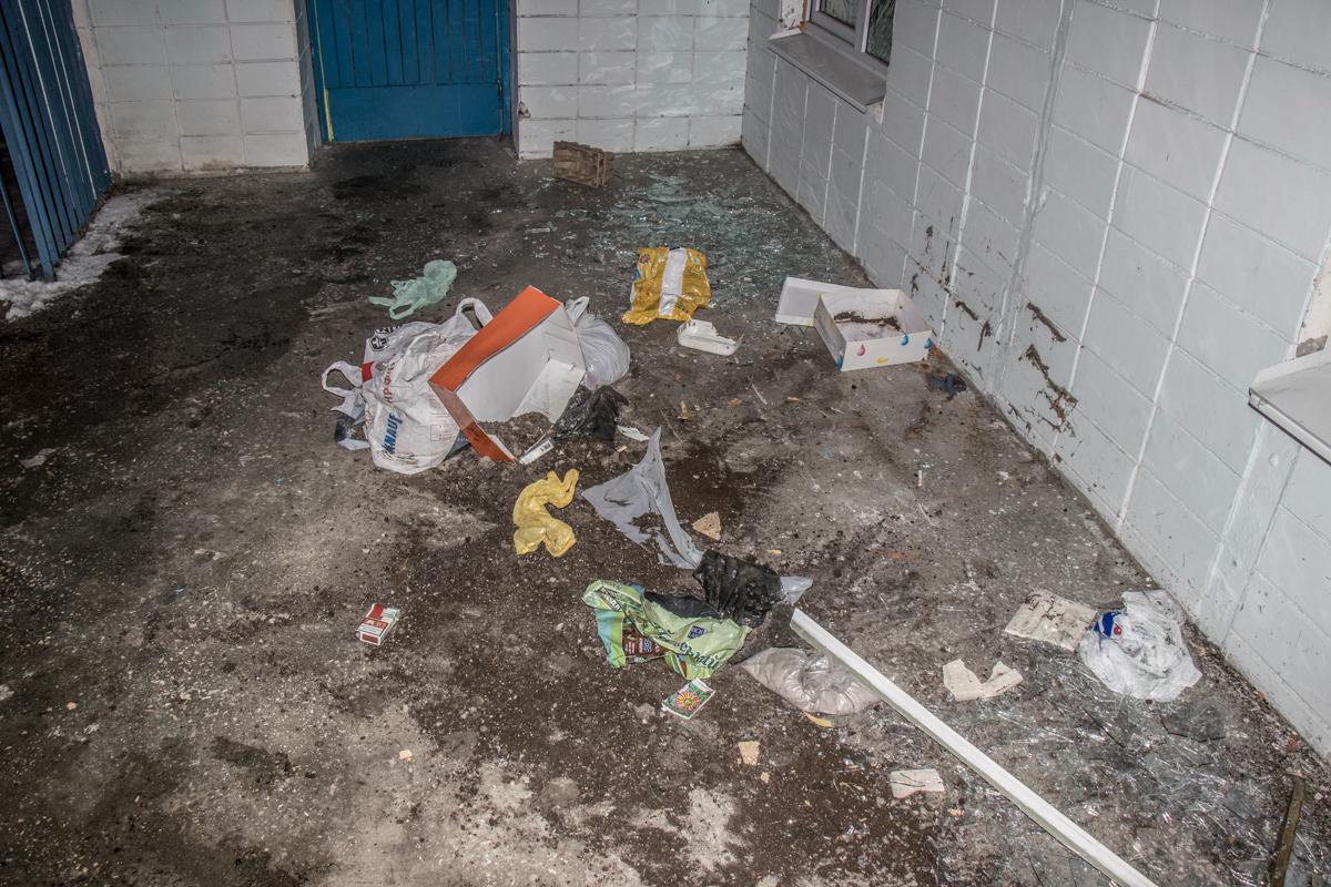 Мужчина принялся разбрасывать мусор под садиком