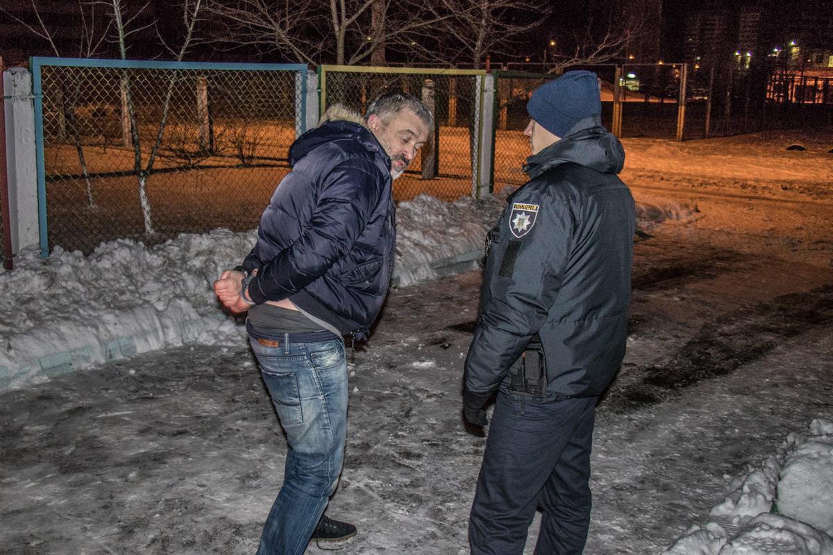 Полицейские надели на хулигана наручники