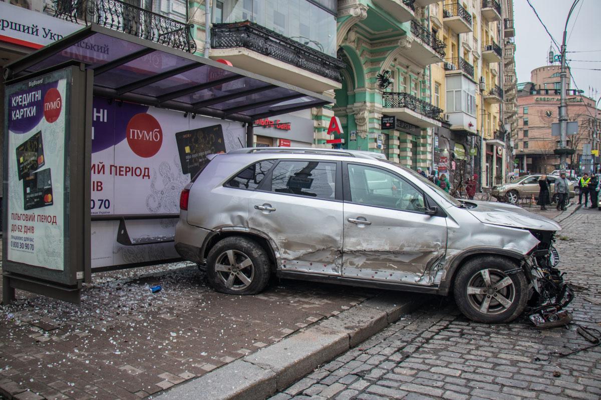Повезло, что во время аварии на остановке не было людей