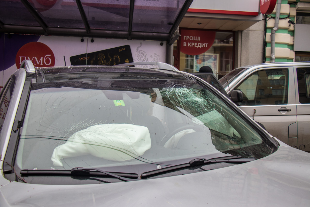 Лобовое стекло в KIA Sorento разбито напротив головы водителя