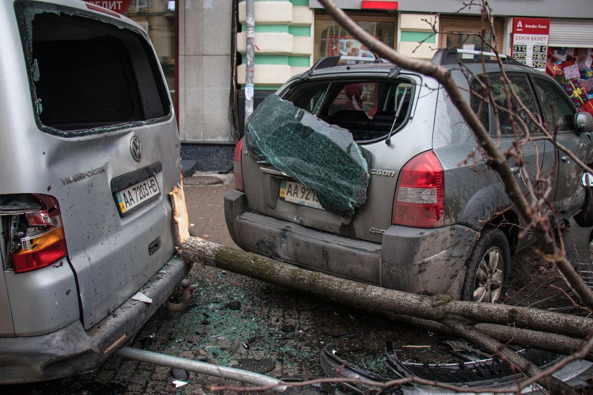 В аварии пострадали припаркованные Hyundai и Volkswagen