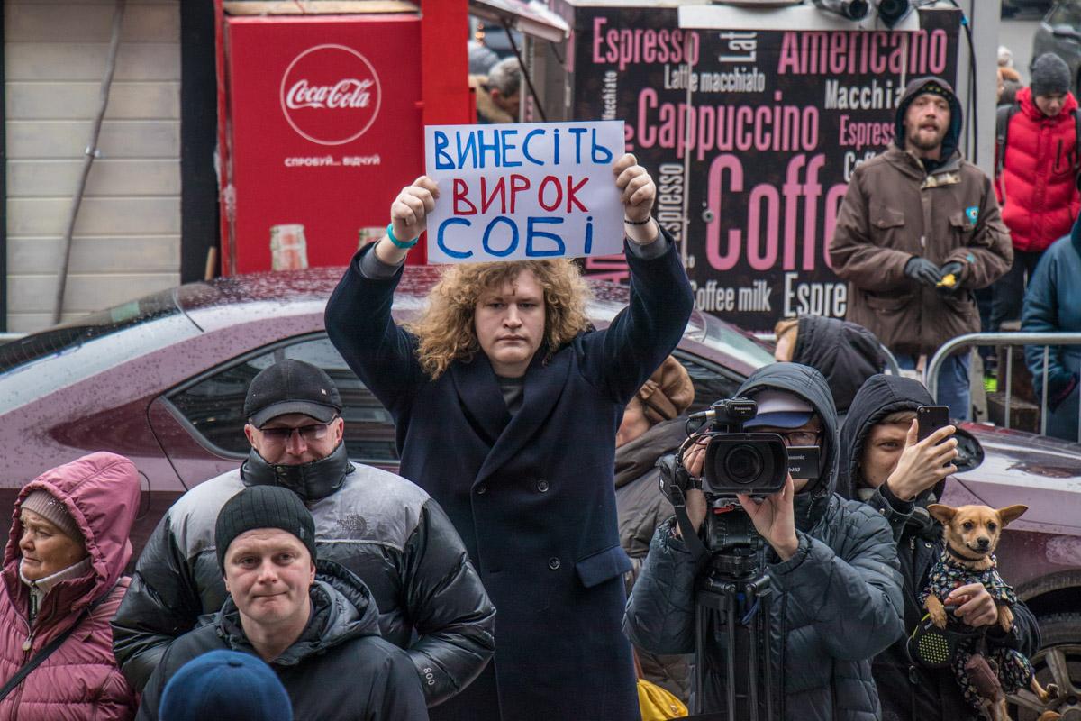 Митингующие держали в руках плакаты с критикой полиции