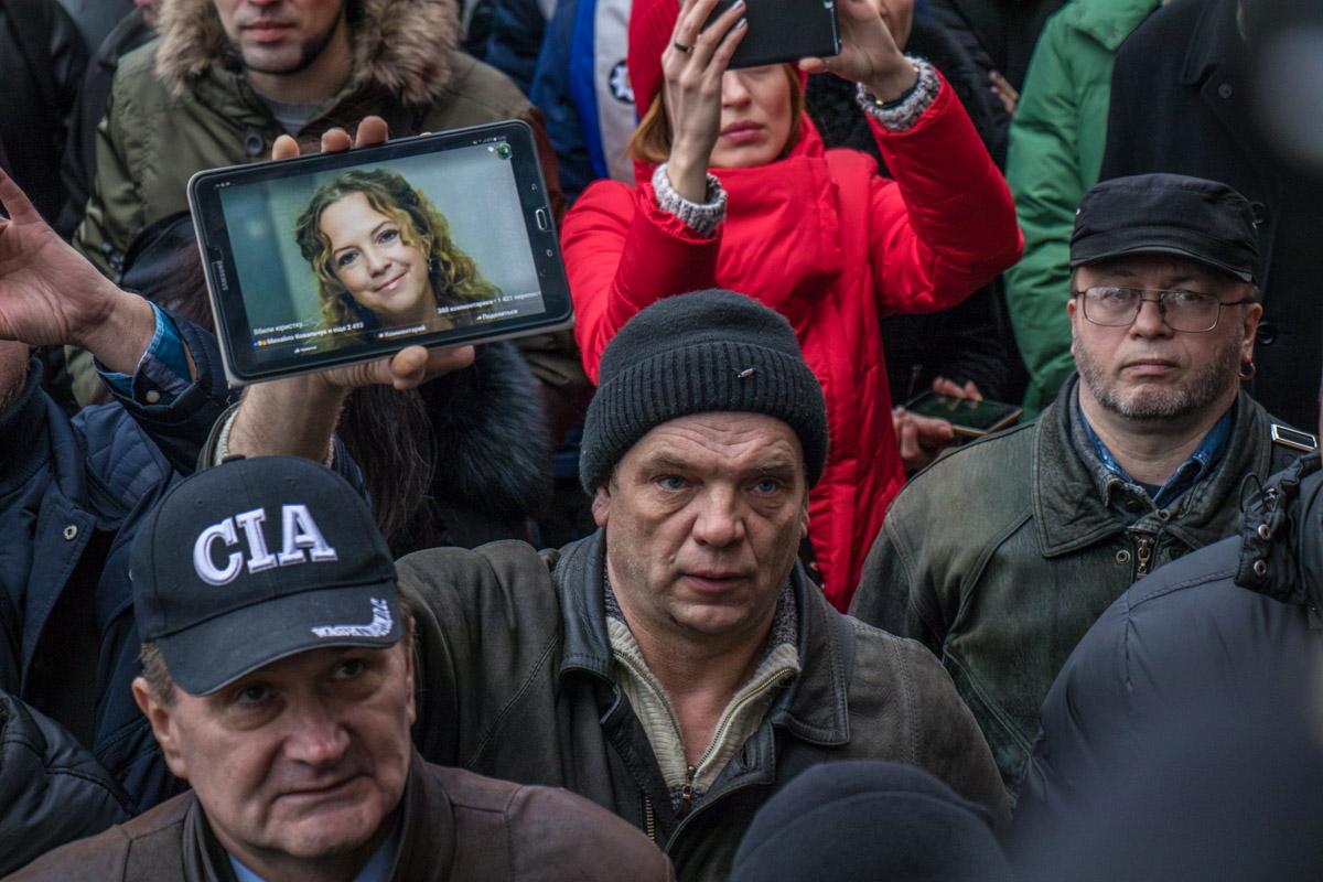 Люди держали в руках фотографии убитой