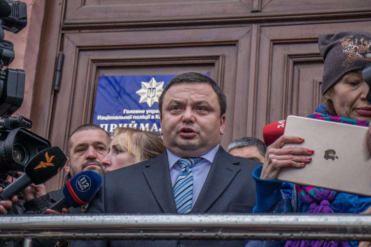 К митингующим вышел глава полиции Киевской области Дмитрий Ценов