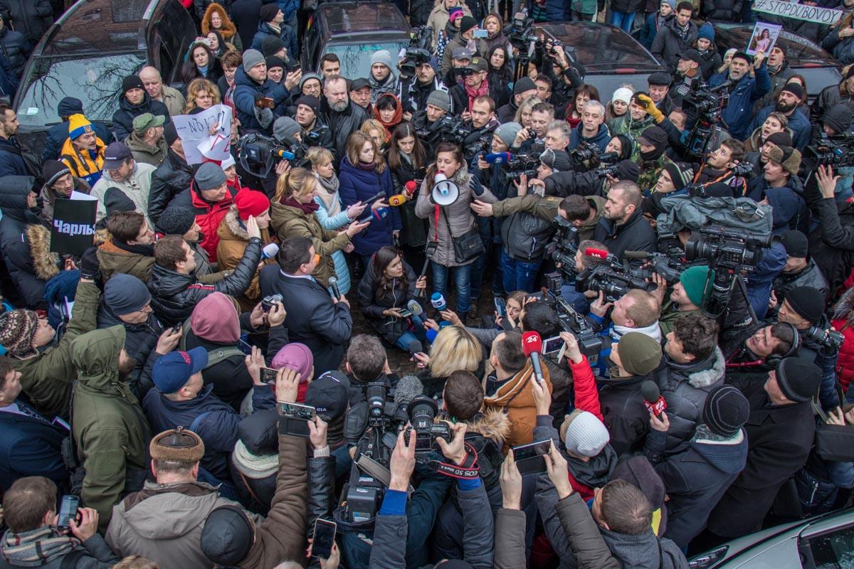 Возле управления областной полиции собралось около двухсот человек