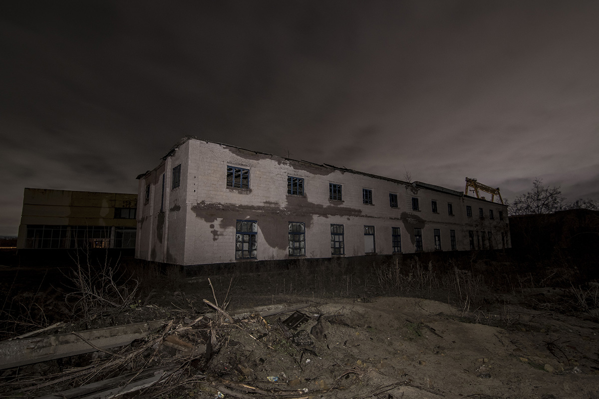 Здесь мало жилых домов, зато много заброшенных