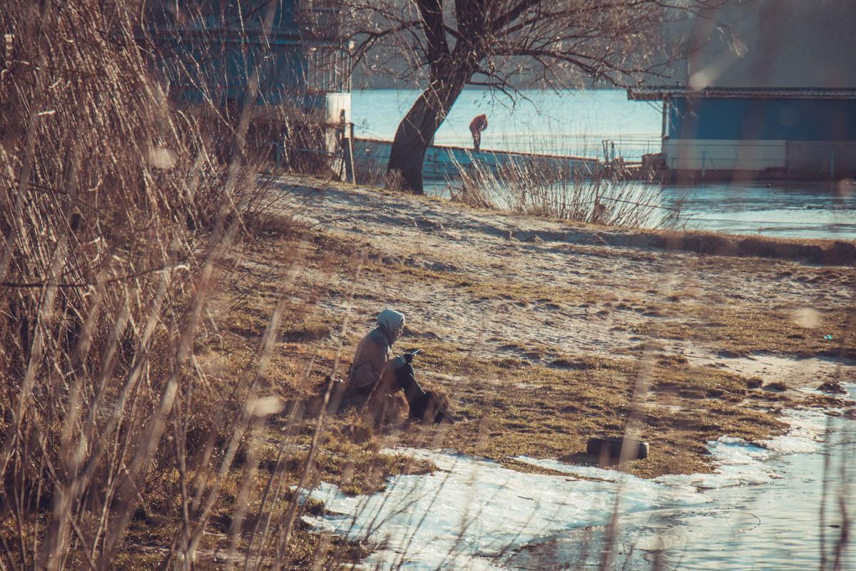На берегу реки можно подумать о вечном...