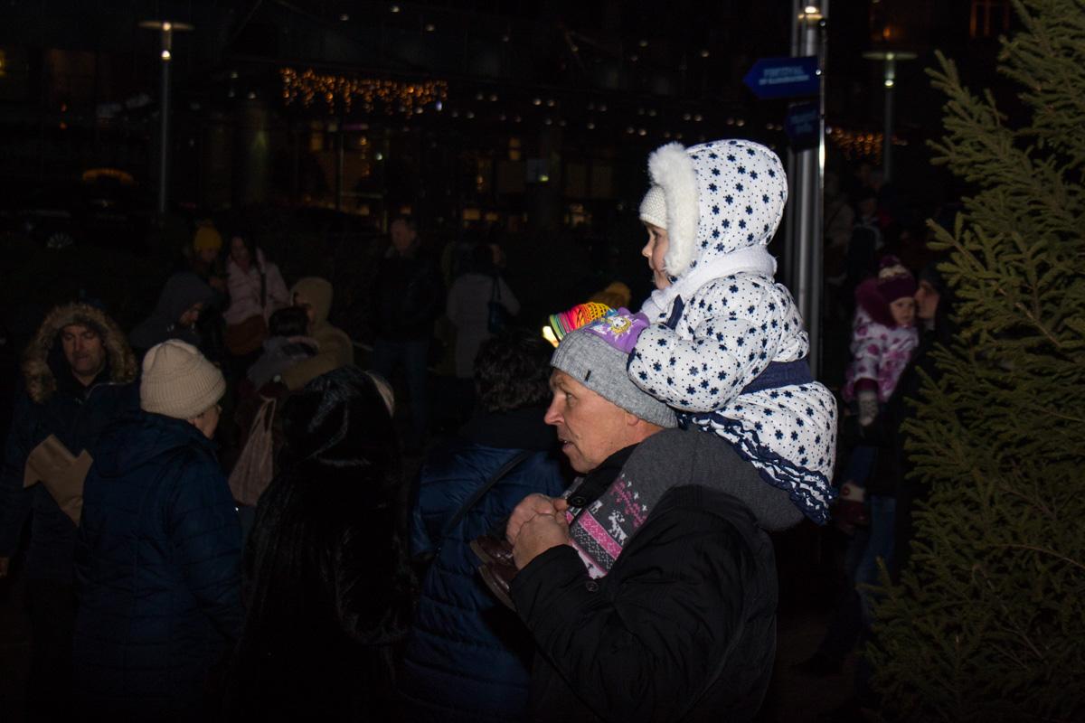 Многие пришли на площадь с детьми