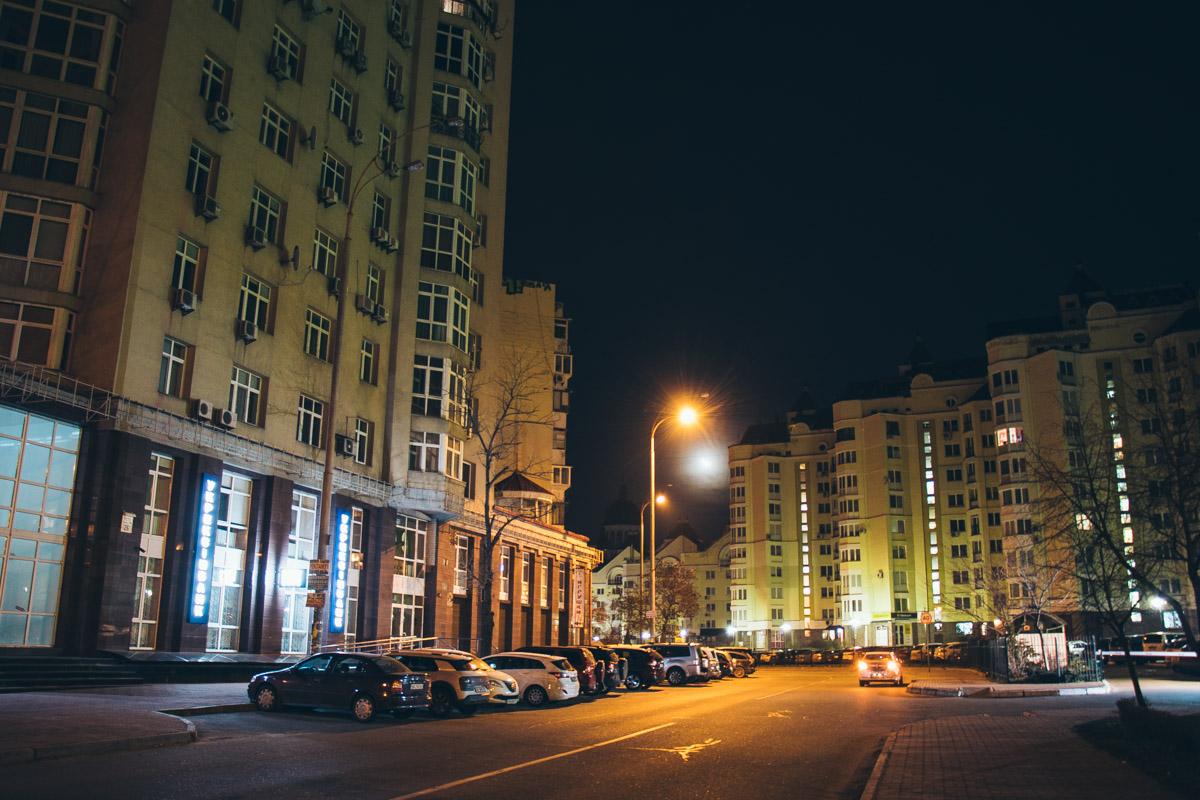 Лишь в одной квартире горит свет