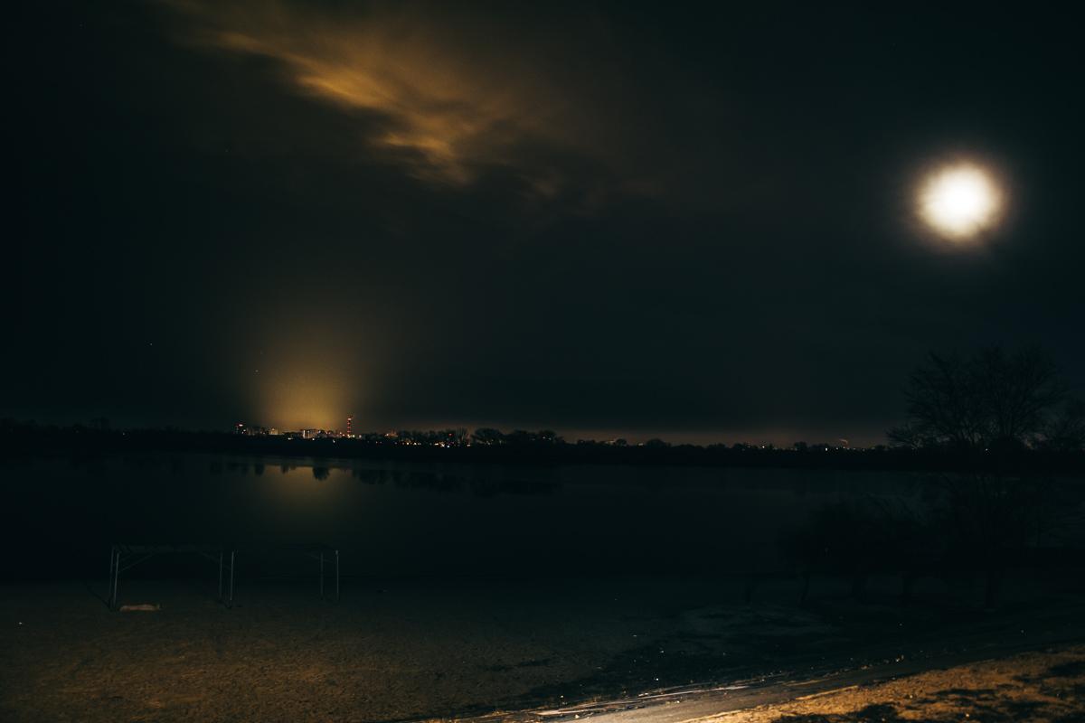 В морозную ночь небо было ясным и луна придала пейзажу особых красок