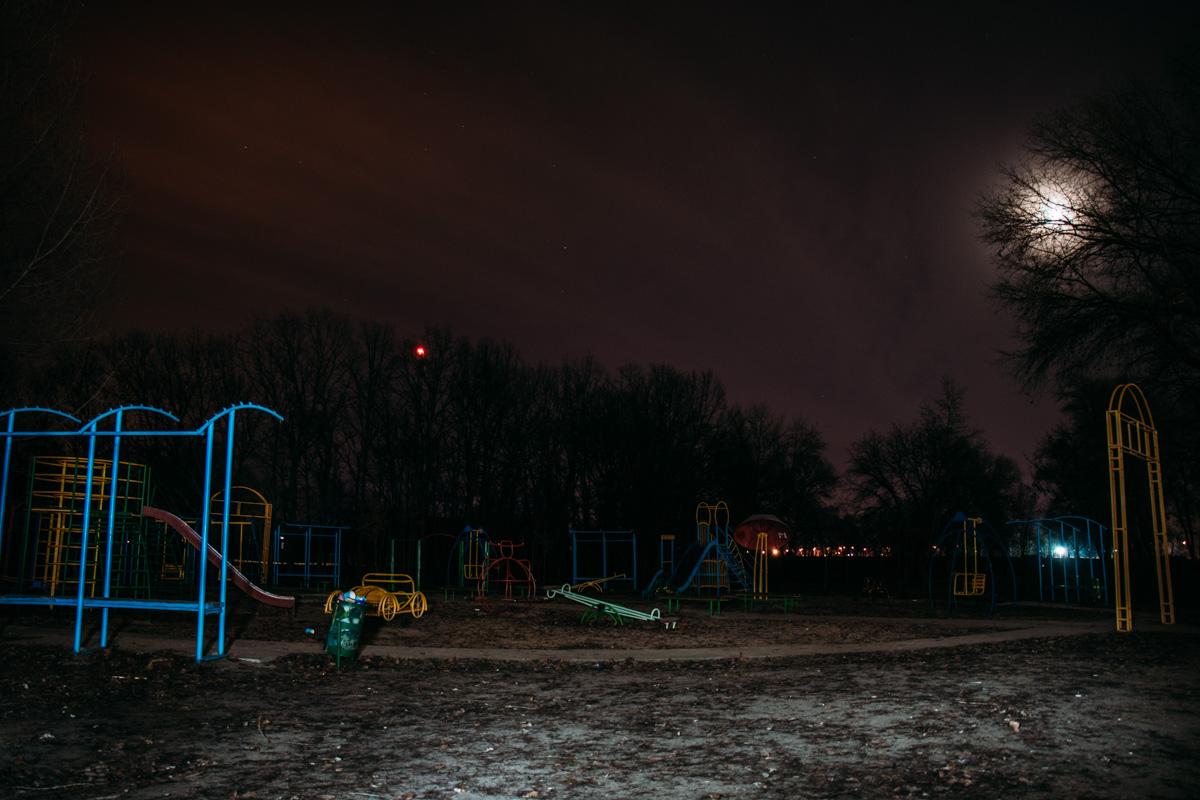 Опустевшие детские площадки под покровом ночи выглядят жутко