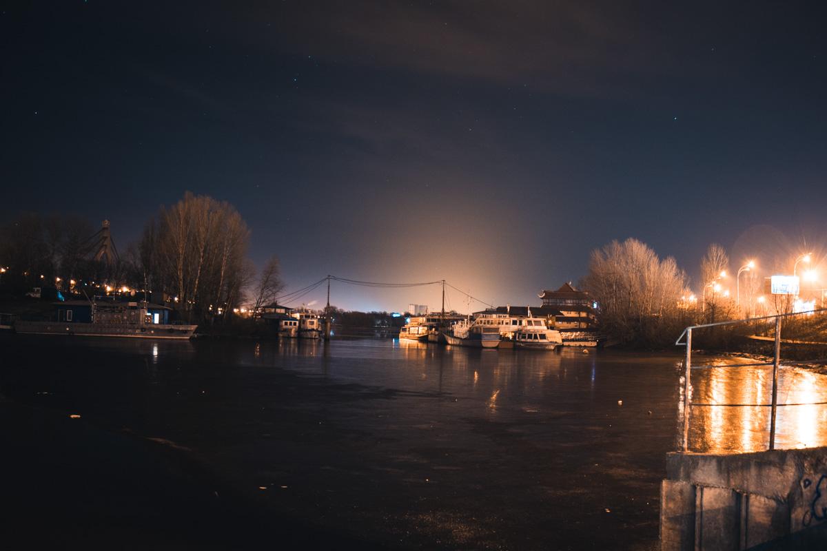 В морозную ночь заливы покрываются ледяной коркой