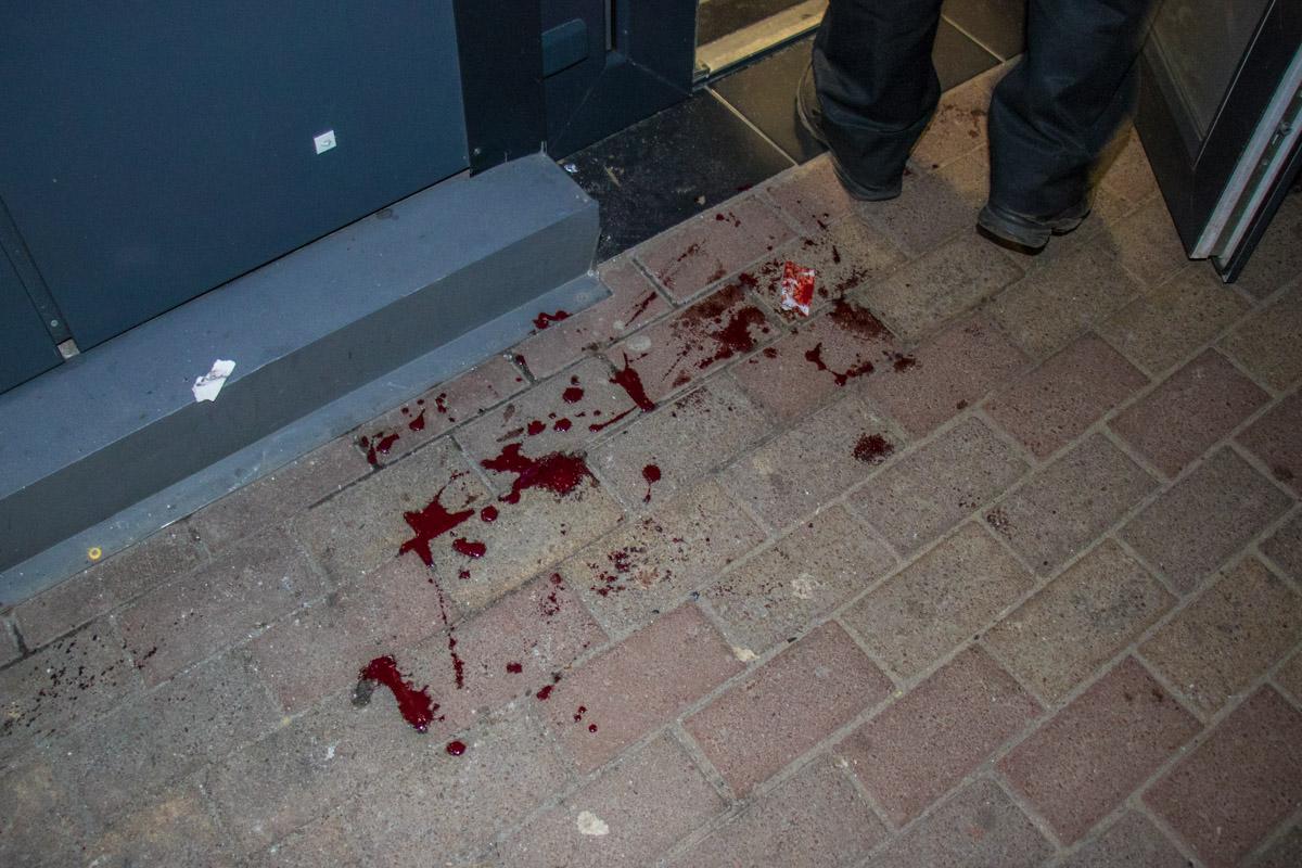 При входе в магазин на полу кровь пострадавшего