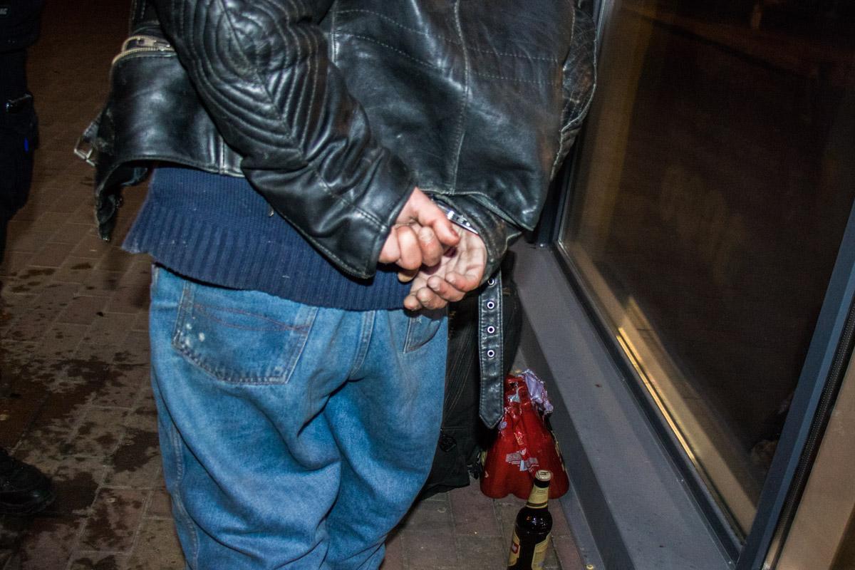 Задержанного держали в наручниках