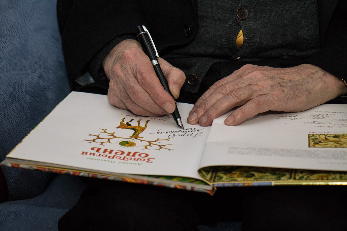 Павлычко подписал книги всем желающим
