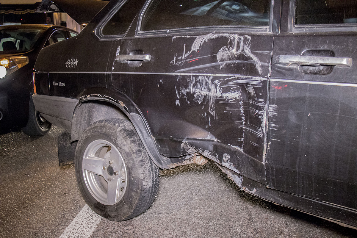 После столкновения с отбойником машина получила ряд повреждений