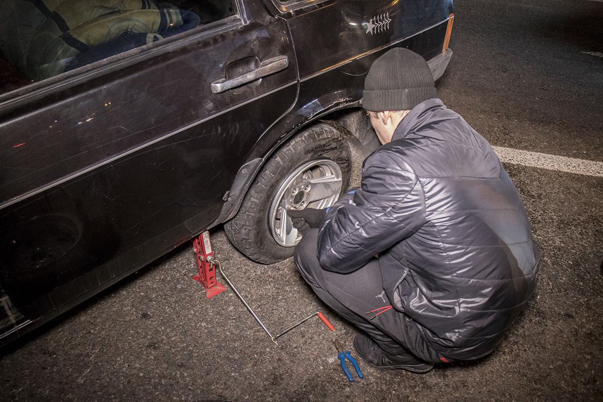 Водитель не пострадал и начал менять колесо