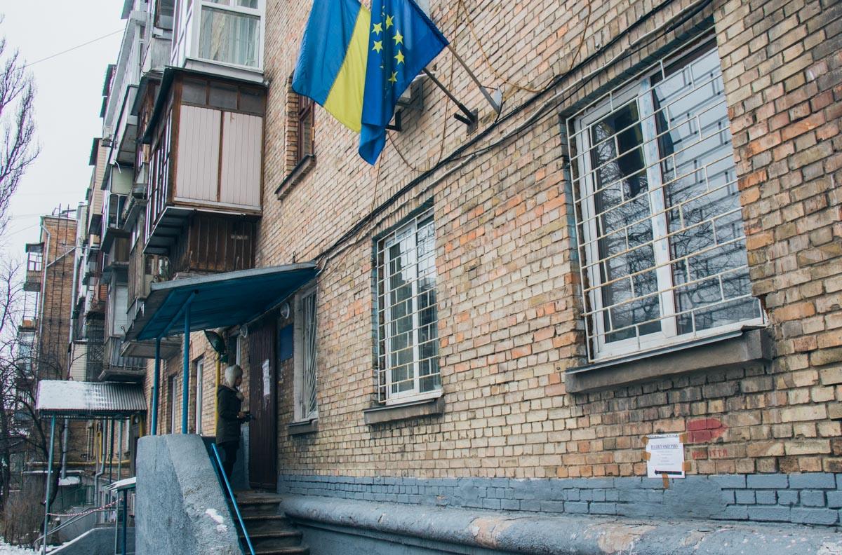 Найти здание легко - нужно ориентироваться на флаги
