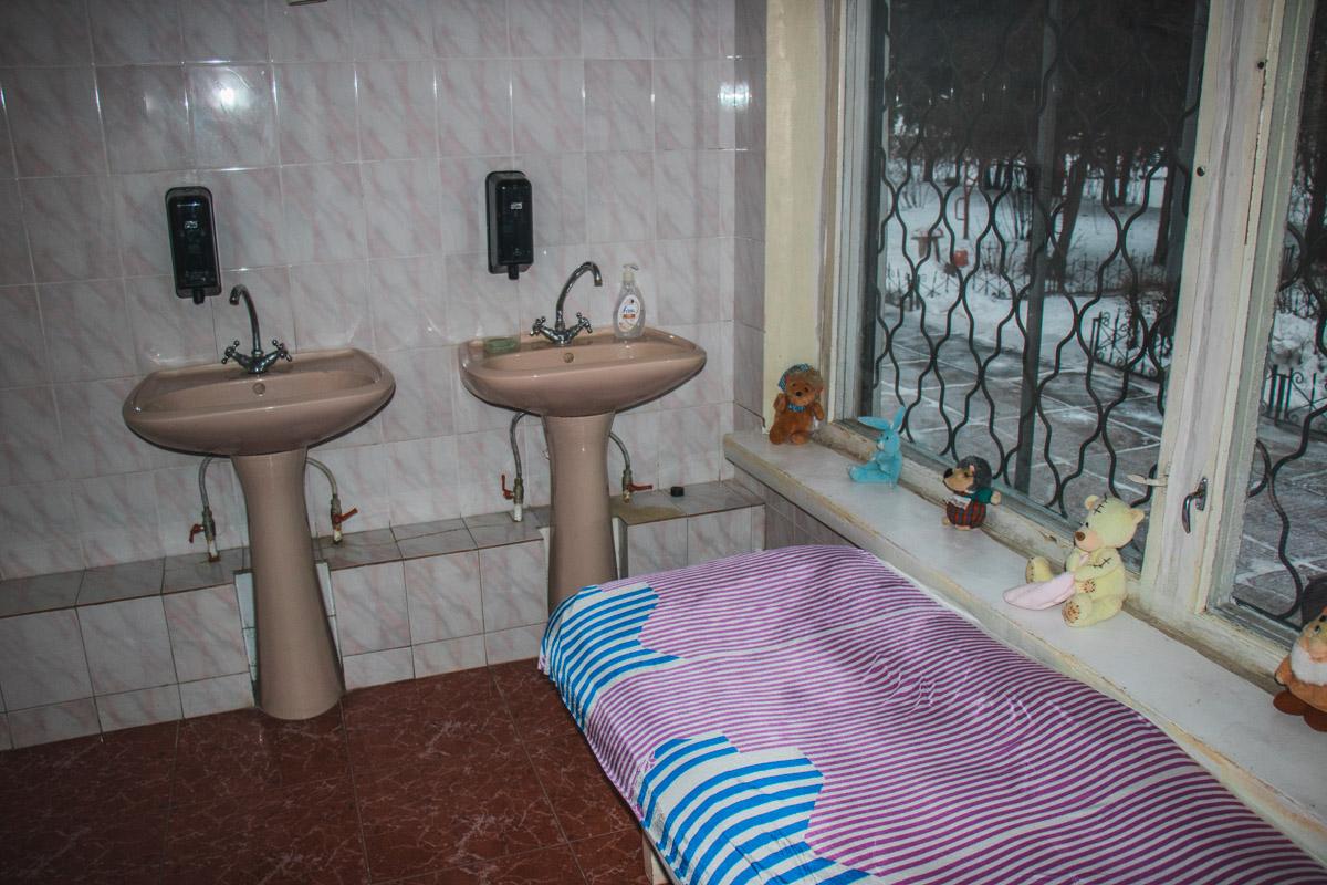 Рядом умывальники и туалетная комната