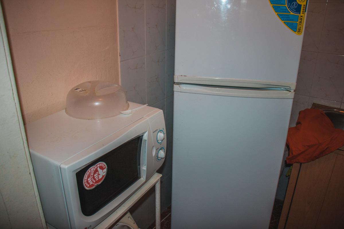 В кухне есть микроволновка, где все могут подогреть себе еду