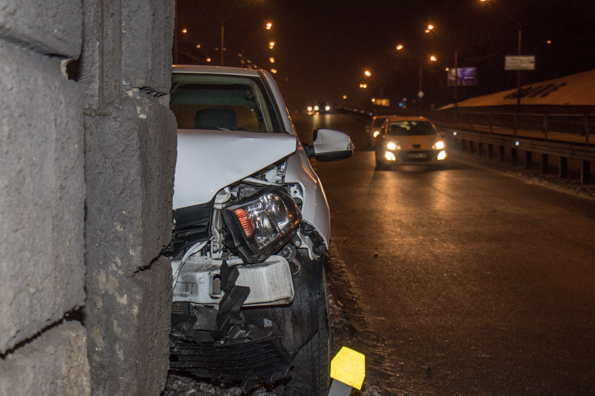 Передняя часть авто значительно повреждена