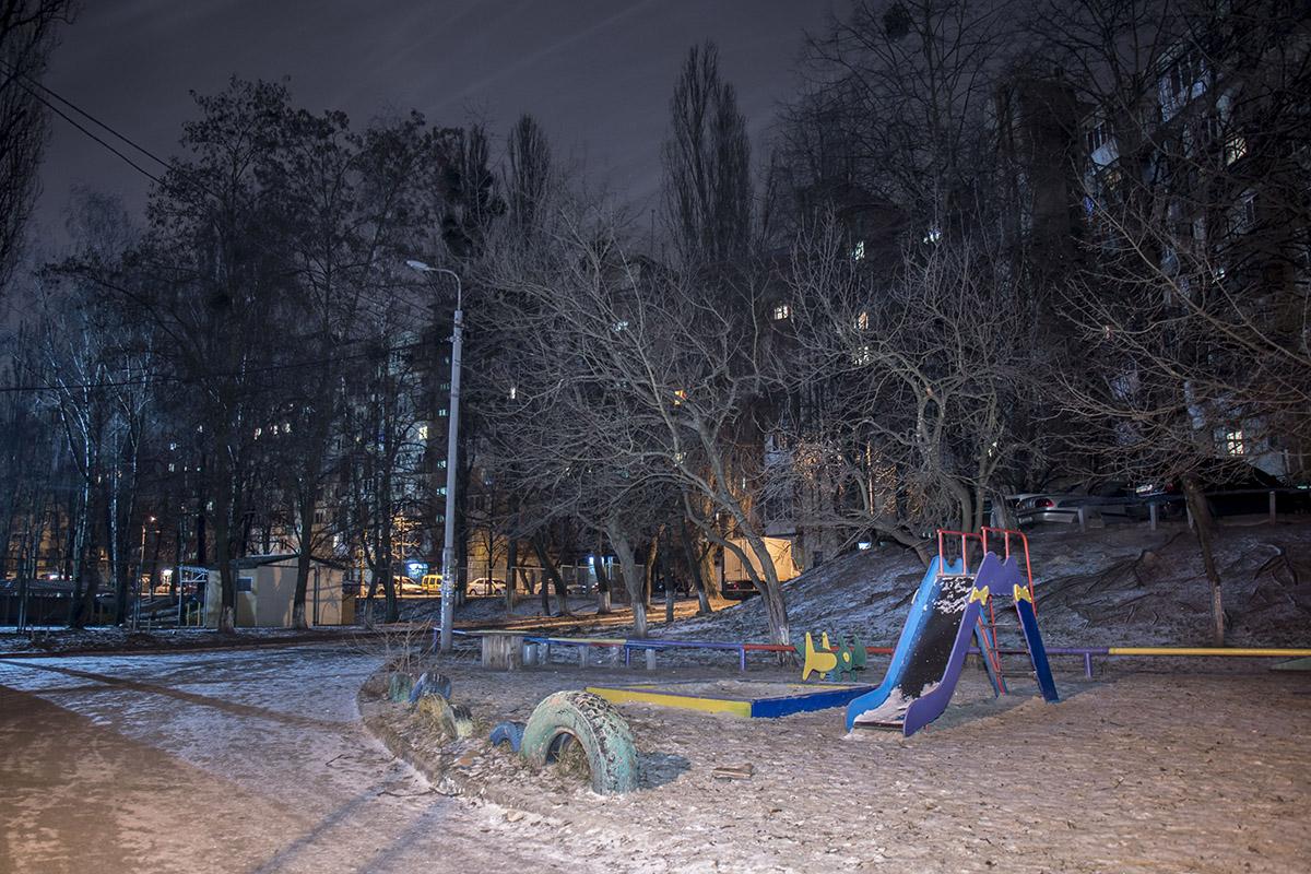 Ночью детская площадка выглядит особенно одиноко
