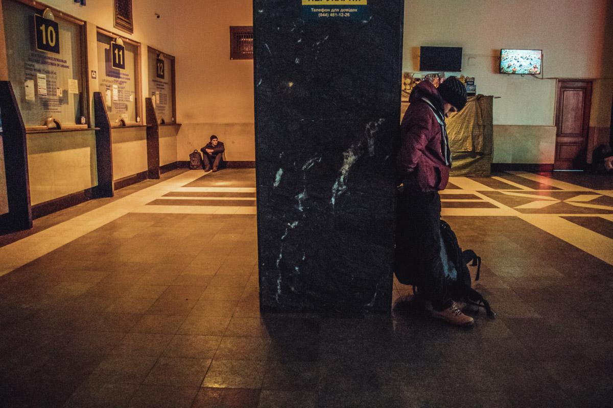 Под одной из колонн просто ждут