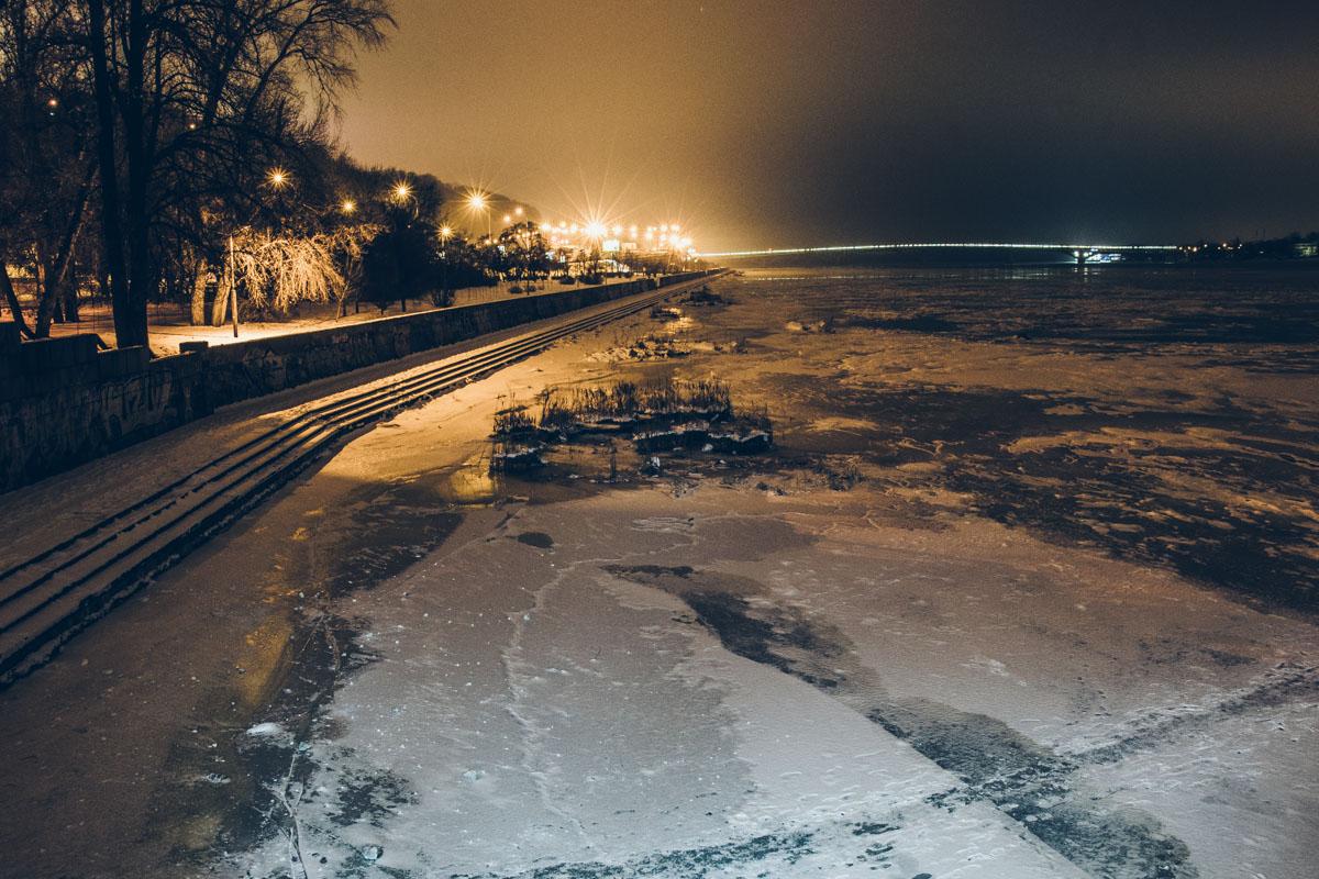 Река глядит из-под ледяных стекол