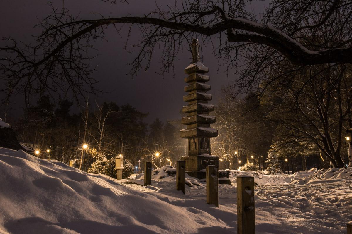 """В парке """"Киото"""" можно встретить необычные каменные скульптуры"""