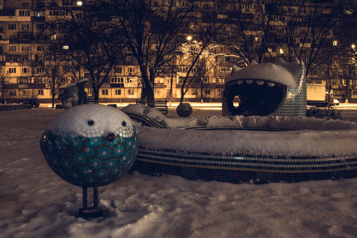 Каменных зверушек припорошило снегом