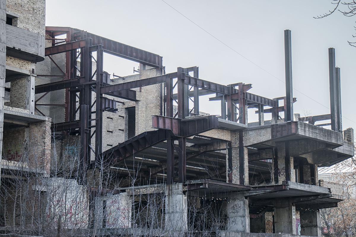 Огромное сооружение так и осталось висеть над Львовской площадью