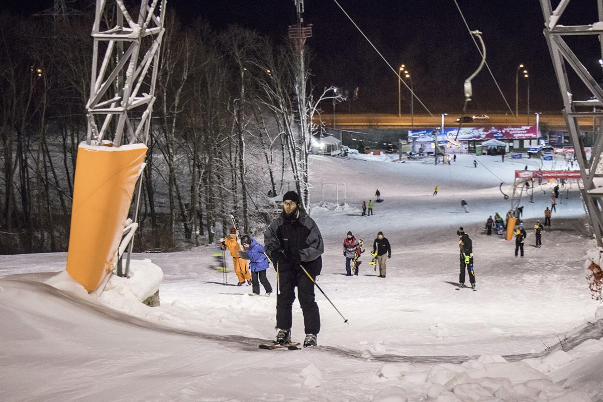 На снежных склонах можно встретить как детей, так и взрослых