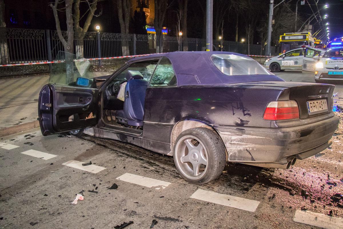 У BMW полностью разбита передняя часть корпуса