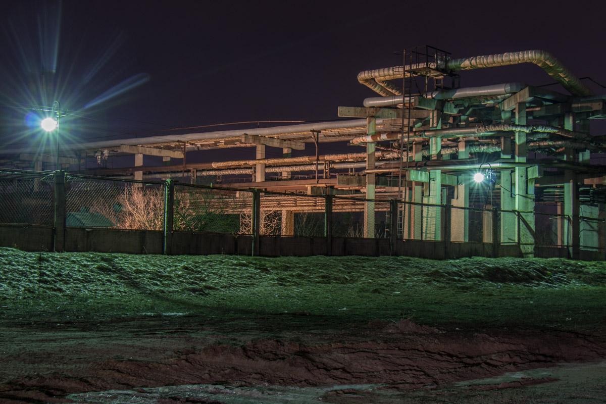 А так выглядят заводские постройки под покровом ночи
