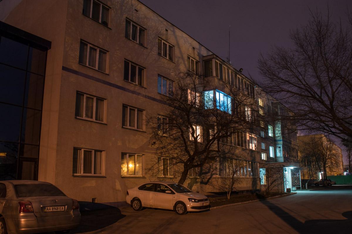 Только несколько окон загорелись в многоэтажках